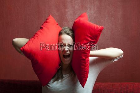 mloda kobieta z poduszka