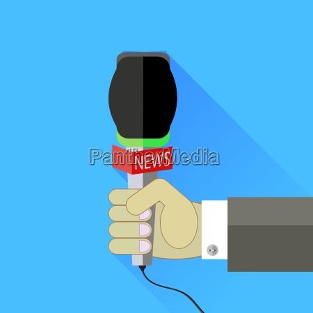 reporter trzyma mikrofon odizolowywajacy na blekitnym