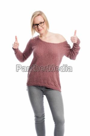 mloda kobieta w okularach pokazuje kciuk