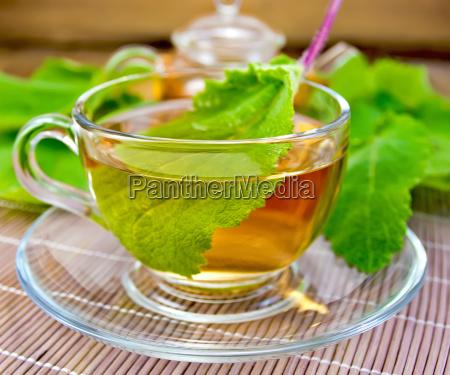 herbata z szalwi w kubek na