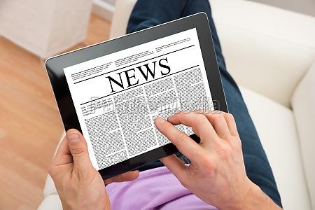 czlowiek czytanie wiadomosci na cyfrowym tablecie