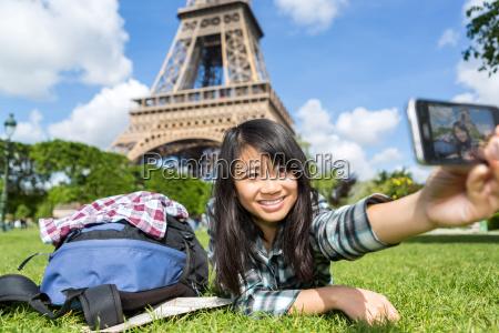 mloda atrakcyjna azjatyckich turystycznych w paryzu