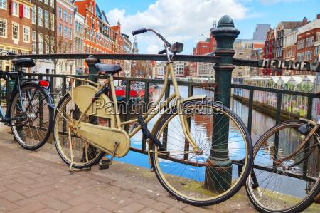 rowery zaparkowane w poblizu plywajacego targu