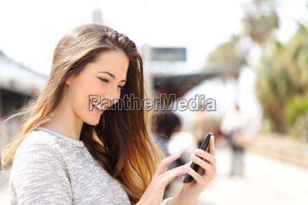 dziewczyna tekstylny na inteligentnego telefonu w