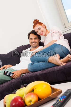 mloda para siedzi na kanapie w