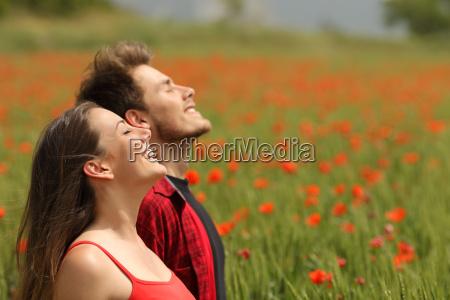 szczesliwa para oddycha swiezym powietrzem w