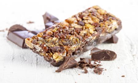 batonik zbozowy z czekolada