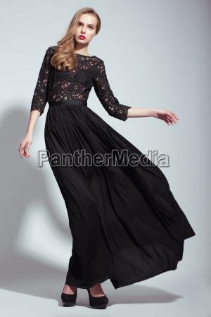 elegancja mloda modelka w czarnej sukience