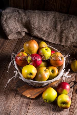 Swieze jesienne jablka w koszyku