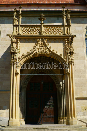brama swietego krzyza kosciola w miescie