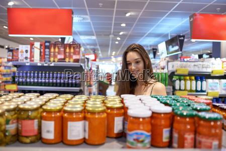 mloda kobieta zakupy