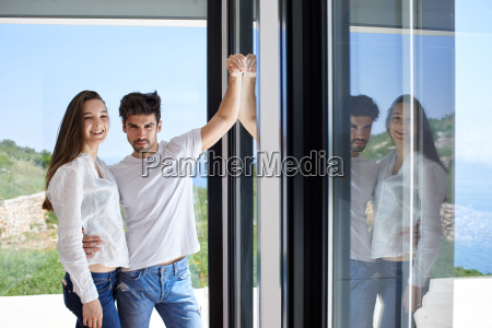 zrelaksowany mloda para w domu schody