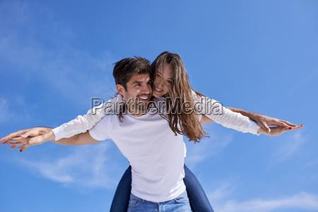 szczesliwa mloda romantyczna para bawic arelax