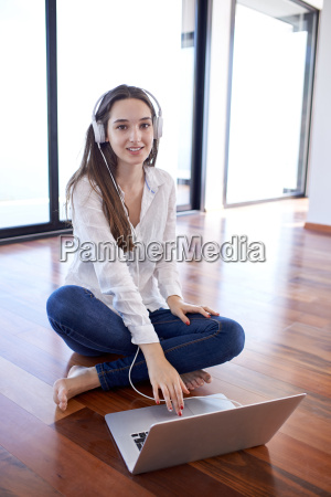 zrelaksowany mloda kobieta w domu pracy