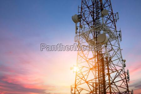 satelitarnej anteny sieci telekomunikacyjnej w sunset