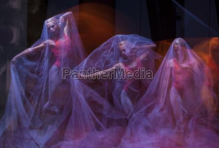 zmyslowy i emocjonalny taniec pieknej baleriny