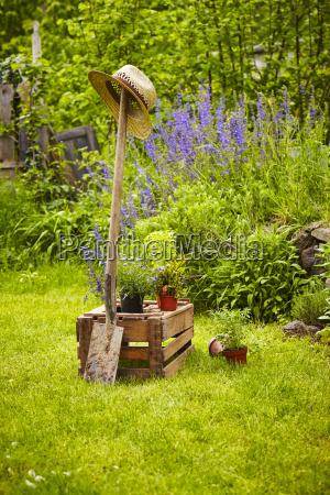 narzedzia ogrodnicze drewniane pudelko ogrodowe