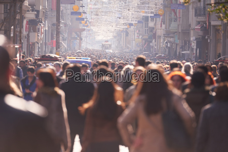 tlum ludzi idacych ulica