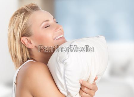 happy girl korzystajacych poduszki