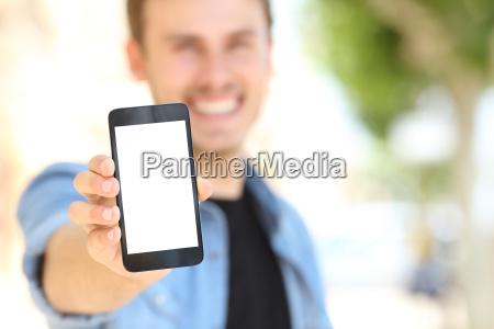 czlowiek pokazano pusty ekran telefonu na