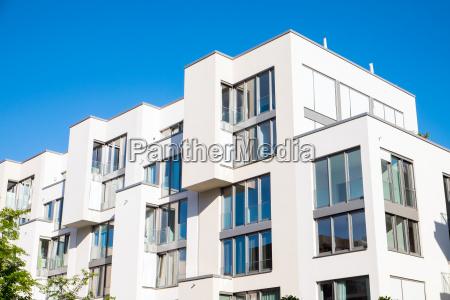 bialy nowoczesny kompleks mieszkaniowy w berlinie