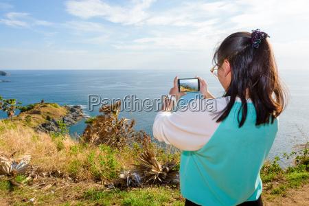 kobieta fotografuj ze smartfonem