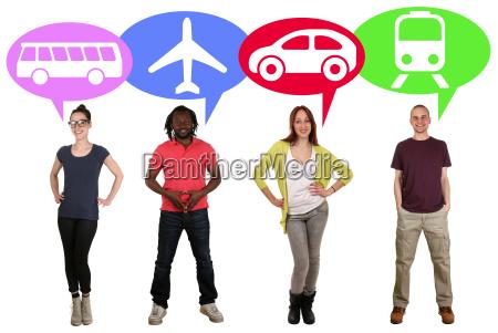 ludzie grupuja mlodziez z wyborem autobusem