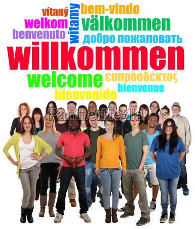 wielokulturowa grupa ludzi mlodzi ludzie mowia