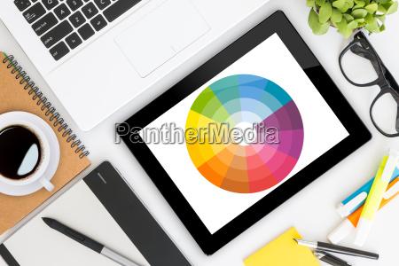 kreatywne projektowanie graficzne biurko