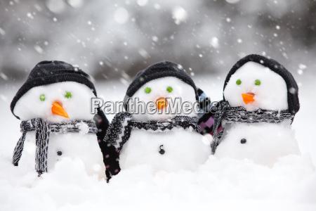 trzy cute balwanow w burzy snieznej