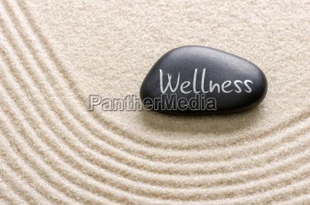 czarny kamien z napisem wellness