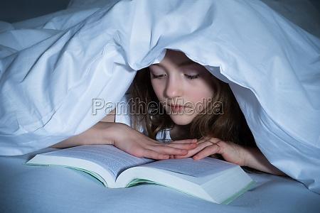 szkolenie pod sypialnia student studentka czytanie