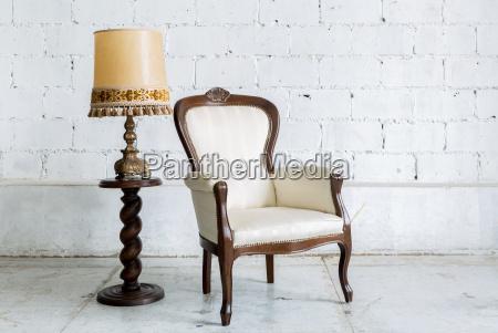 biale krzeslo retro z lampka