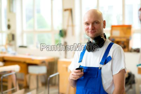 pracownik w warsztacie stolarskim