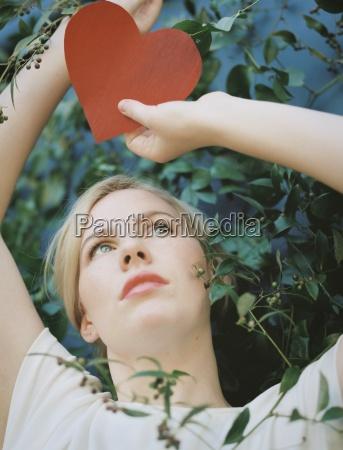 a blondynka kobieta gospodarstwa czerwony ksztalt