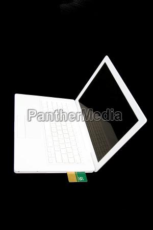 karta kredytowa w bialym laptopie
