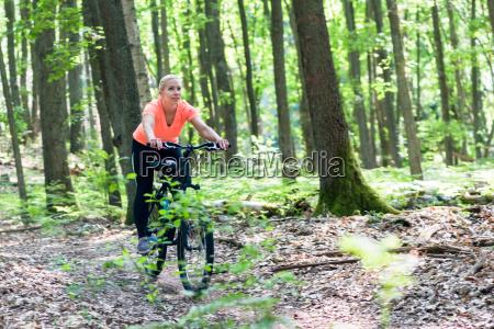 kobieta na rowerze gorskim rower na