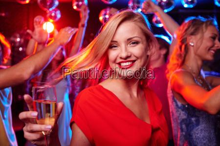 dziewczyna z fletem szampana