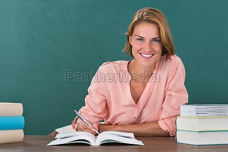 kobieta nauczycielka studiuje na biurku