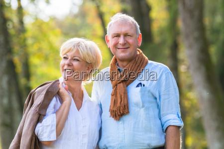 senior mezczyzna i kobieta trzymac reke