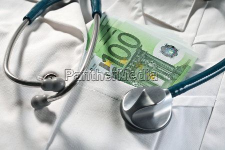 stetoskop i banknoty na siersci lekarskiej
