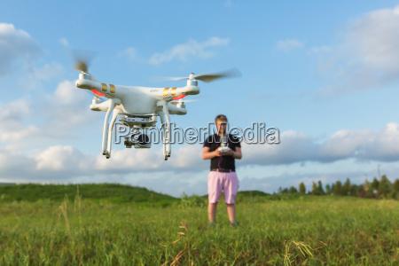 osoba z drone w polu
