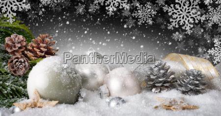 elegancka dekoracja Swiateczna ze sniegiem