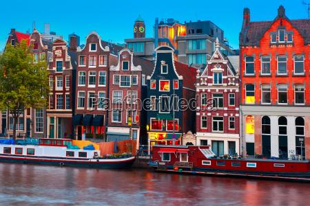 nocny widok na kanal amsterdamski