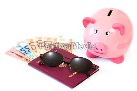 paszport z pieniedzmi i piggy bank