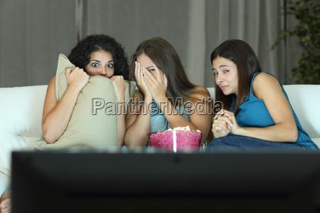 dziewczyny oglada film terroru w telewizji