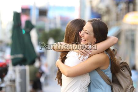szczesliwy spotkanie przyjaciol przytulanie