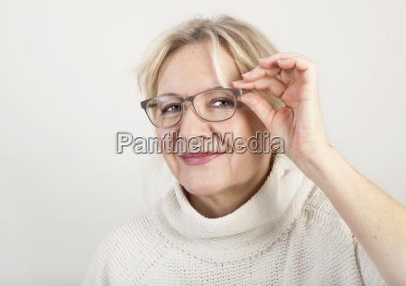 starsza kobieta z okularami