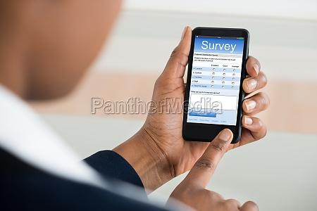 businesswoman wypelnienie ankiety formularz na telefon
