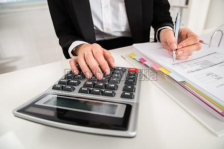 kobieta interesu robi kalkulacji finansowej na